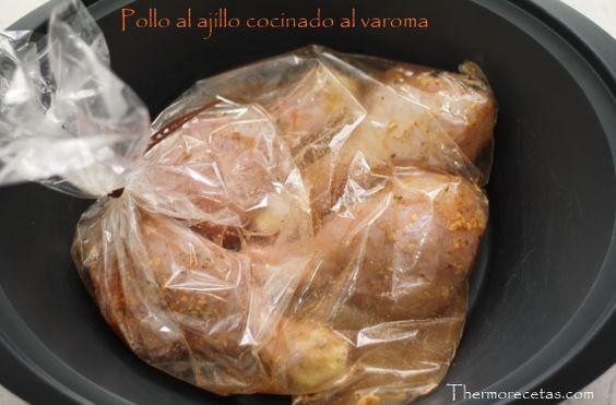 Pollo al ajillo cocinado en el varoma Ingredientes (4p)      8 muslos de pollo sin piel pequeños     1 ramita de perejil picado o (1 cucharadita de perejil deshidratado)     1 cebolla cortada en juliana     4 dientes de ajo     50 g de aceite de oliva virgen extra     2 ramitas de tomillo     30 g de vinagre     50 g de vino blanco     ½ cucharadita de pimienta     1 cubito de caldo concentrado     1/2 cubilete de agua