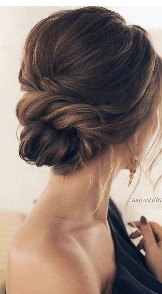 So Neat And Simple Low Bun Wedding Hairstyle For Minimalist Brides The Twist Looks So Cute And Elegant In Vintagehairstyles Classy Updo Hairstyles Hair Styles Wedding Hair Inspiration