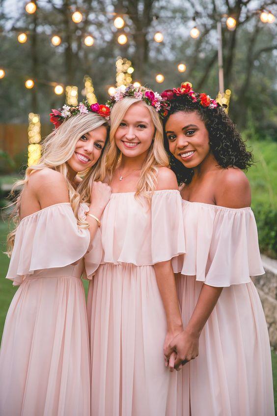 af79f2258 ¡Tus damas de honor amarán estos vestidos! La tendencia off shoulder está  muy fuerte esta temporada verano y es la favorita de muchas mujeres.