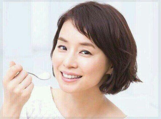 アイスを食べる石田ゆり子の画像