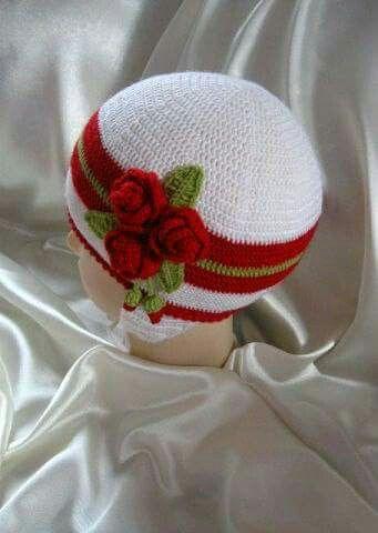 Вязаная шапка крючком для девочки. Шапка с цветами