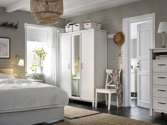 petite chambre meuble avec une armoire avec deux portes blanches et une porte miroir un - Miroir De Chambre Ikea