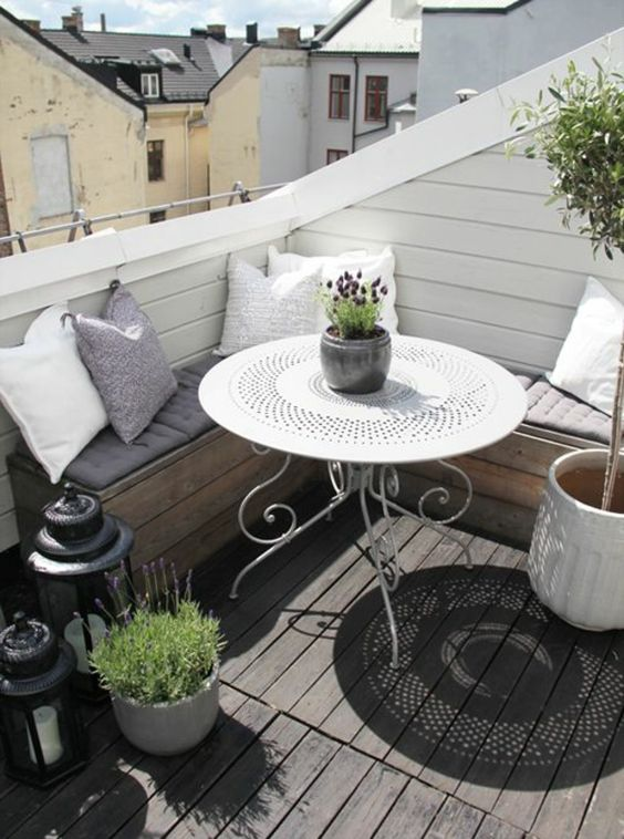 wundersch ner kleiner balkon mit rundem tisch und eckbank. Black Bedroom Furniture Sets. Home Design Ideas