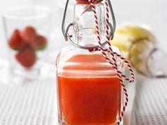 Erdbeerlikör schmeckt selbst gemacht am besten und ist ein super GEschenk!