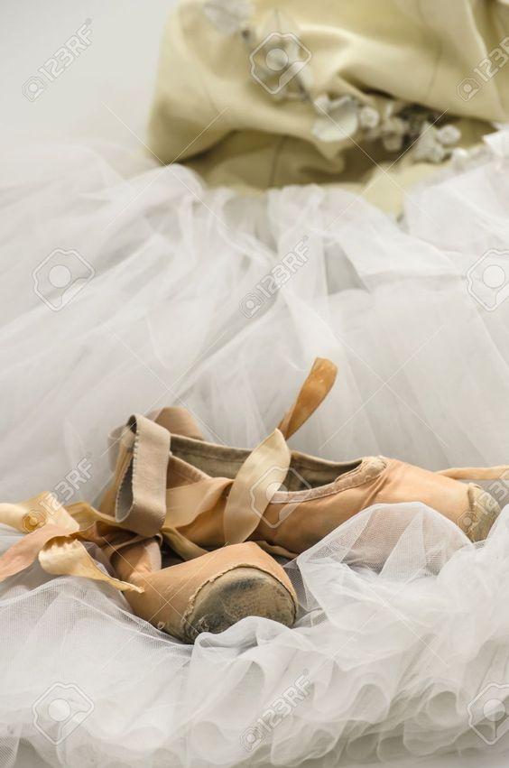 16418466-vieux-pointes-situ-es-sur-une-robe-de-ballet.jpg (861×1300)