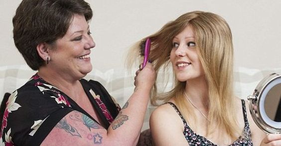 Mãe doa cabelo para filha adolescente com doença que impede fios de crescerem