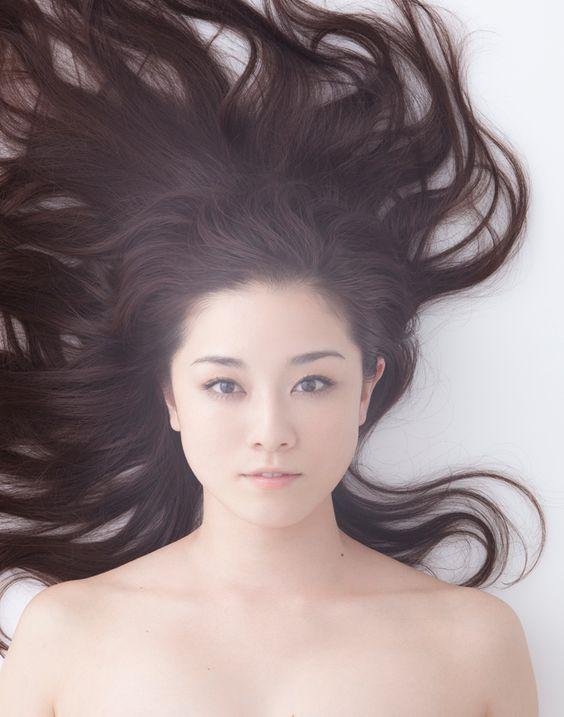 長い髪のセクシーな伊藤歩