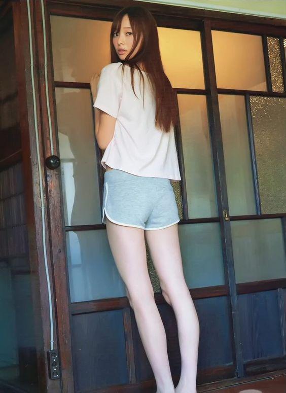 Tシャツにグリーンのショートパンツをはいた後ろ姿の梅澤美波の画像