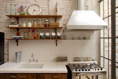 Vitor Penha - industrial chic rústico rustic reuso de design iluminação lightning cozinha kitchen parede tijolo branco white brick wall prateleiras shelves