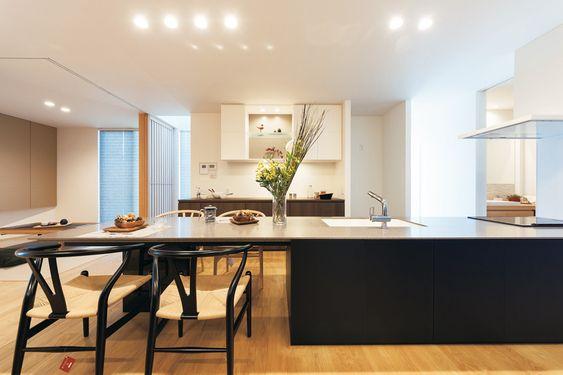 キッチンと一体化したダイニングテーブル リビングとの空間につかえがなく美しい一体感をもたらしているのも 既製品にはないこの空間に合わせて作られたオリジナルだからこそ実現できる キッチン リモデル リビング 和室 仕切り 家 づくり