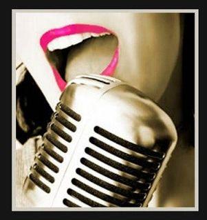 Cuñas radio Imagen: micrófono de época con una cantante.