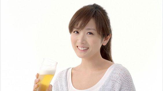 ビールを持っている高島彩