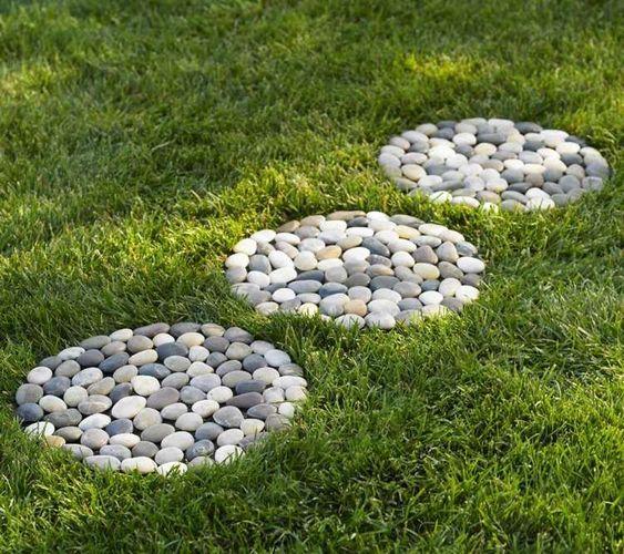 idée de chemin de jardin en pas-japonais-rondelles-galets-pelouse