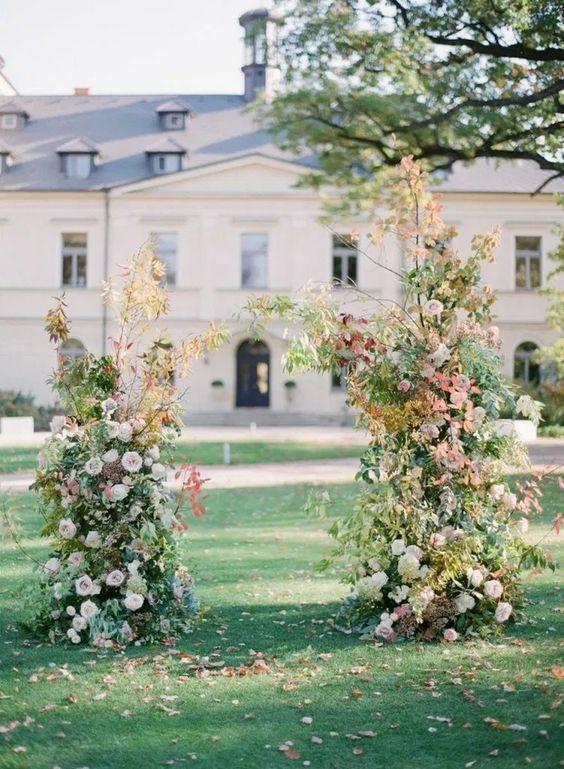 instalatie florala simpla nunta in nuante de toamna flori frunze vintage
