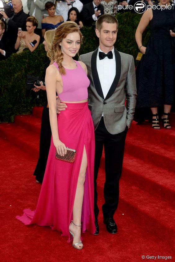 Emma Stone chegou ao lado de Andrew Garfieldsaia