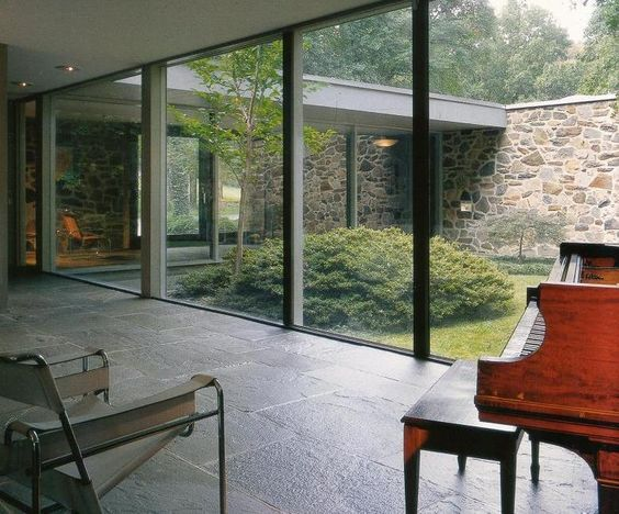 This lay-out with an enclosed courtyard in a more traditional style.