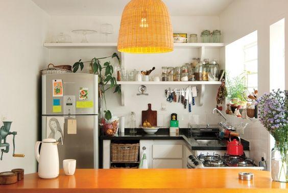 Toque da chef: As prateleiras foram desenhadas pela chef, que gosta de ver tudo o que tem na sua cozinha. Os potes de vidro foram comprados na rua Paula Souza, e o moedor de cereais na parede é da M. Dragonetti: