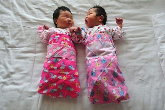 A China promulgou neste domingo a lei que autoriza os casais a ter dois filhos, após mais de três décadas de um controle de natalidade que conteve o crescimento demográfico, mas que criou o problema do rápido envelhecimento da população.