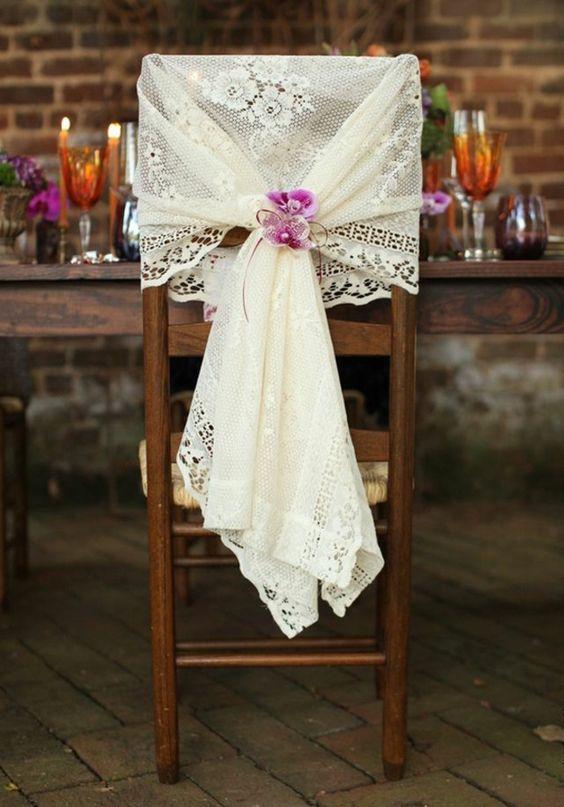 une housse de chaise pour mariage de couleur blanc et fleur