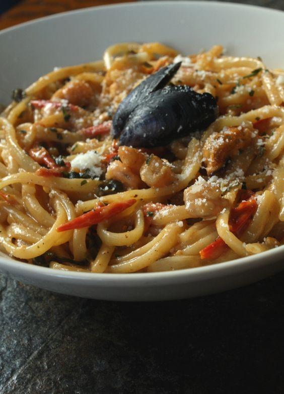 Une recette qui m'a permise de recyclé les moules que nous avons mangé la veille ! Quelques crevettes, des tomates cerises, du basilic, de l'ail.. un délice ! Le tout cuit façon ONE PAN PASTA, c'es...