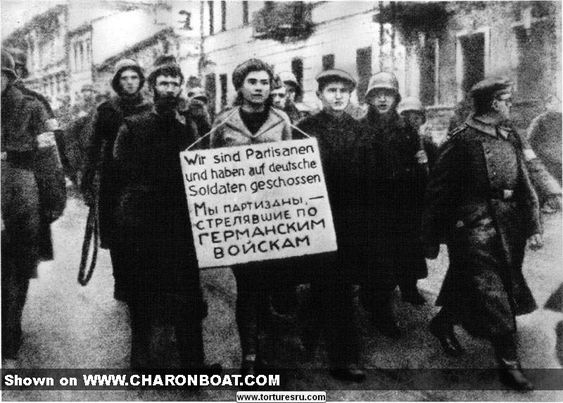 """""""Lo del cartelón es una costumbre que los nazis suponen que tendrá su eficacia. A muy pocos kilómetros..."""