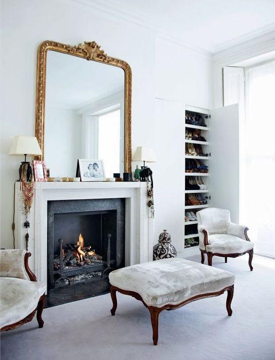 Zapatero en la entrada espejo antiguo y chimenea falsa for Muebles de salon con chimenea