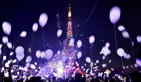 IlPost - Tokyo, Giappone - Palloncini lanciati in aria per festeggiare l'arrivo del 2014 davanti alla torre di Tokyo. (KAZUHIRO NOGI/AFP/Getty Images)