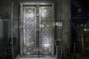 The silver door of the basement of the tomb of Aba al-Fadl al-Abbas (peace be upon him) in the Al-Kafeel Museum: A masterpiece of art of more than a century.