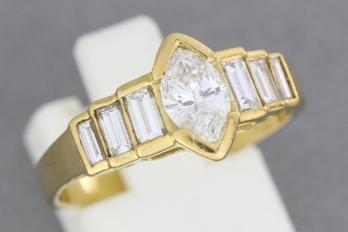 Bague en or ornée d'un diamant navette épaulé de six diamants baguettes. Poids 4,3 g