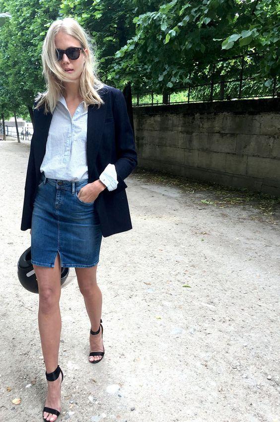 Une chemise bleue et une jupe en jean: