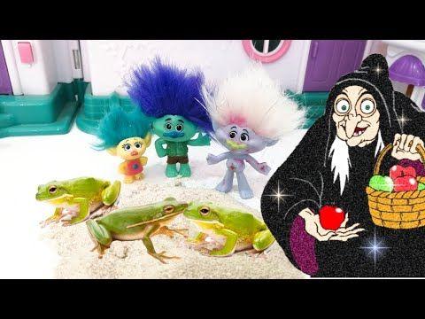 الساحرة الشريره حولت السنافر الي ضفادع قصص اطفال عائلة عمر Youtube Dinosaur Stuffed Animal Dinosaur Toys