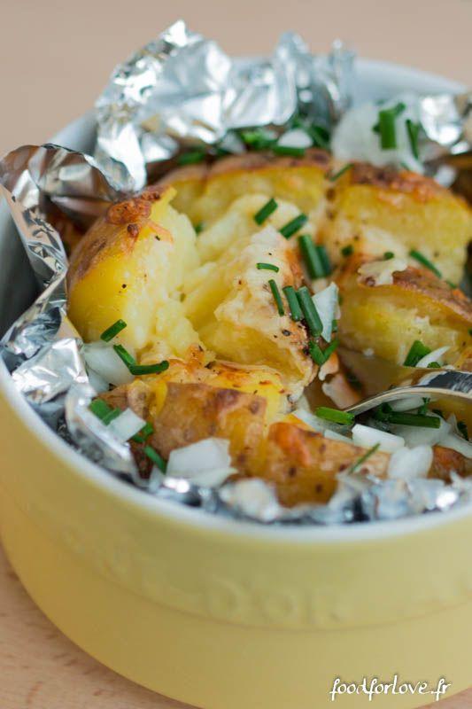 Pomme au four à 200°C en 1h15 - 1 à 2 grosses pommes de terre par personne - 200 gr de cheddar  - Fleur de sel - Poivre noir du moulin  - Un petit oignon frais  - Un petit bouquet de ciboulette: