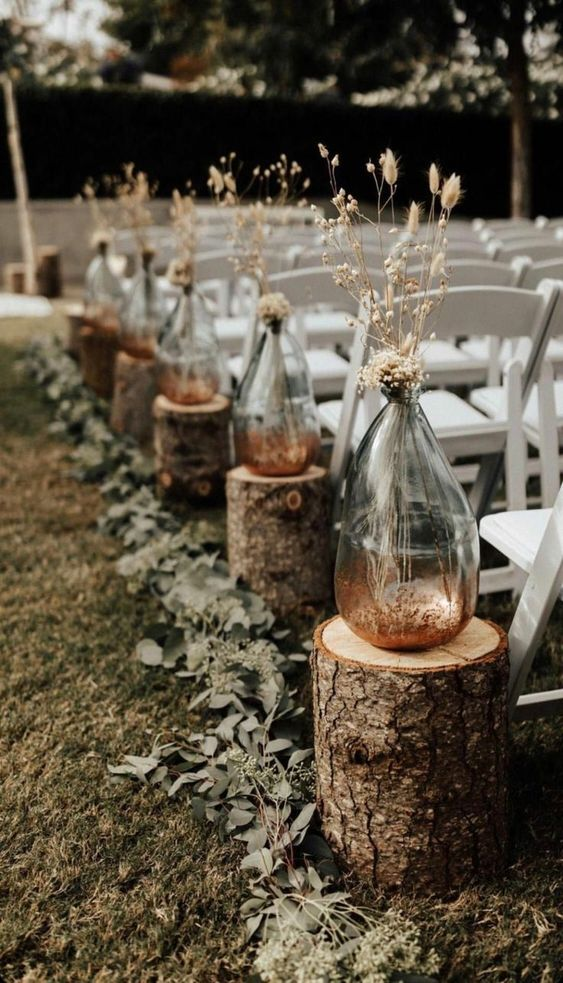 Die perfekte Gartenhochzeit planen Dekoideen Blumen im Glas Holzstuhl weiss