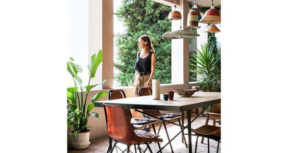 Alors qu'elle s'apprête à ouvrir sa première boutique lifestyle dans le 11ème arrondissement à Paris, Emma François, la créatrice du label mode Sessùn nous a reçus dans son refuge bohème à Marseille.