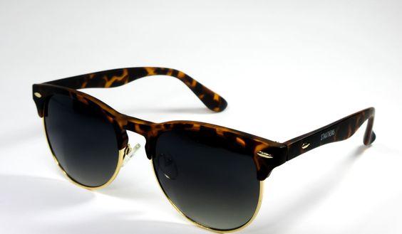 Gafas de Sol #ST.MATHEWS   Elegantes, modernas y además bonitas. Este modelo de gafas STMATHEWS con montura jaspeada y lentes negros gradientes son un ejemplo de modelo de gafas que combinan con todo. guardan a las gafas usadas en la cultura rock de los años 70.
