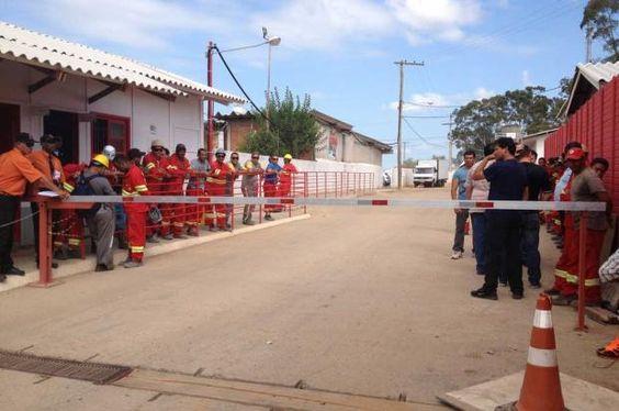 Funcionários aceitam proposta da AG e voltam ao trabalho no Beira-Rio http://diariogaucho.clicrbs.com.br/rs/esporte/inter/noticia/2013/01/funcionarios-aceitam-proposta-da-ag-e-voltam-ao-trabalho-no-beira-rio-4012421.html