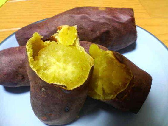 半分に割られた焼き芋です。