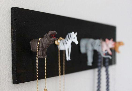 Crie seu próprio organizador com animais de brinquedo, tábua de madeira e cola quente ou parafuso.: