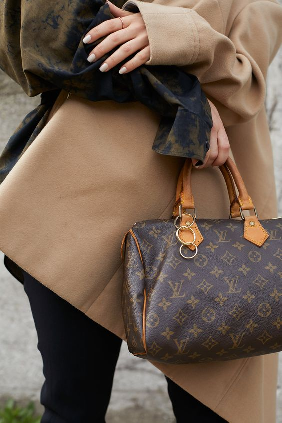 A classic Louis Vuitton monogram canvas Speedy 25 satchel! Perfect for running around town. Small inside pocket. Zipper is missing some of its leather pull.