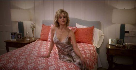 Jane Fonda in bedroom of Grace and Frankie beach house. #graceandfrankie #janefonda