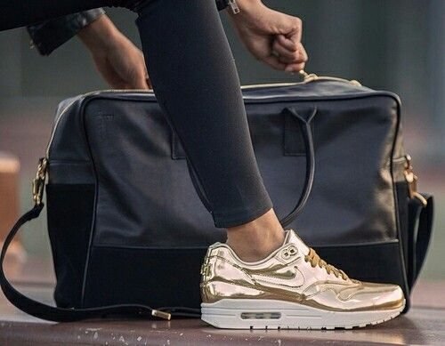 Gold Nikes  @croatiengirl unter We Heart It.