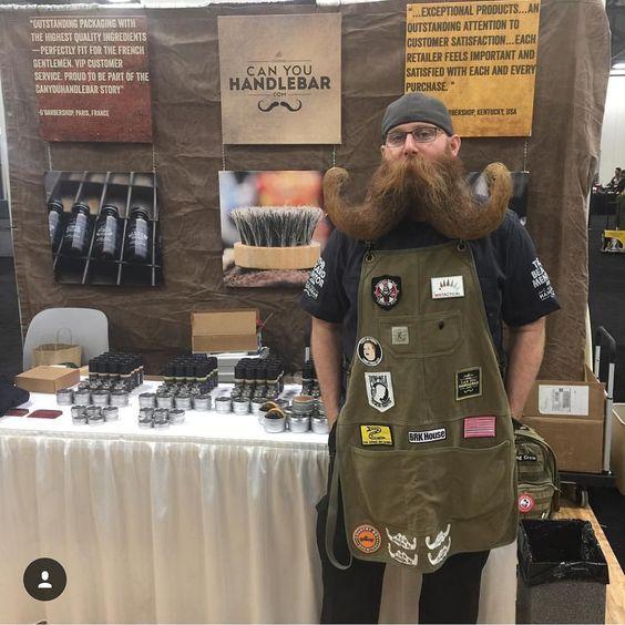 Arkadaş ve satış direktörümüz @titlebeard, #columbus #ohio'da #premierbeautyclassic'te gurur duyuyor, eğer bekarlar için ustaysanız ya da bugünkü ya da yarın 740 numaralı stantın yanında durmadan ve kişisel durmasını görmek istiyorsanız.  #canyouhandlebar #beardoil #wholesale #moustachewax #beardbalm #dryoil