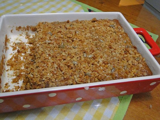 Bolo de maçã com granola by saladala, via Flickr