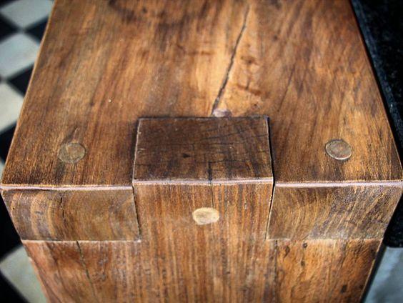 Detalhe de balcão em madeira maciça. Esse tipo de encaixe permite uma maior…