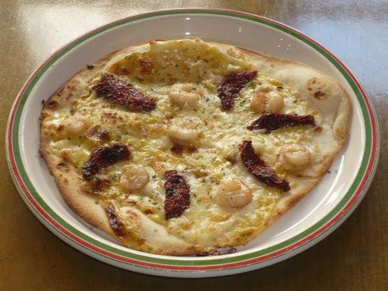 torta romagnola muy crugiente, salsa cesar , queso edam. tomates secos y unas gambitas, para chupare los dedos.