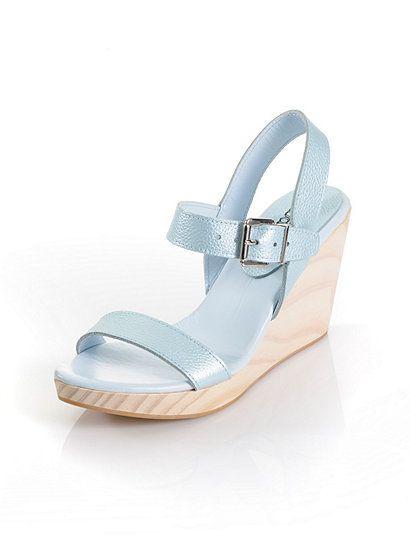 Sommerliche Sandalette mit echtem Holz-Keilabsatz. Farbe: Eisblau