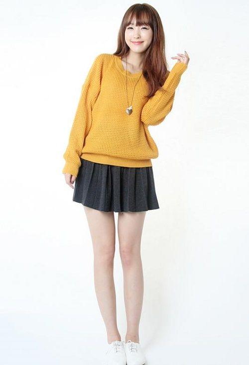 Chân váy 1 màu trơn kết hợp cùng áo len cũng khá hiệu quả.