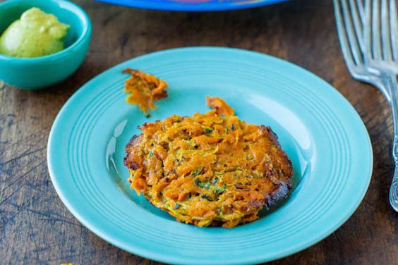 Íme egy könnyen elkészíthető paleo recept az egyik legsokoldalúbb zöldségből!    Hozzávalók:  4 közepes édesburgonya  2 tojás  1/2 csésze mandulaliszt  2 teáskanál tengeri só  1/4 csésze újhagyma  1/4 csésze kókuszolaj    Így készítsd el!    Reszeld le a res