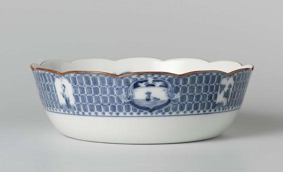 Porceleinfabriek aan den Amstel | Salad bowl, Porceleinfabriek aan den Amstel, c. 1784 - c. 1809 | Slakom van porselein, met geschulpte rand. Op de bodem het 'parasolmotief van Conr. Pronk', op de binnenwand insecten. Op de buitenwand, langs de mondrand het randmotief van de Pronkborden.