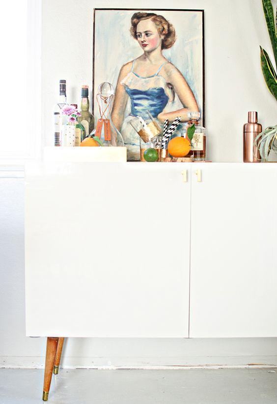 IKEA-Hack: So baut ihr euch eine Midcentury-Bar ins Wohnzimmer, die schöner ist, als ein Original! :)